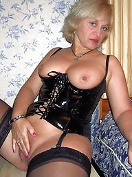 Nasty experienced grandmom is posing fully naked on pix
